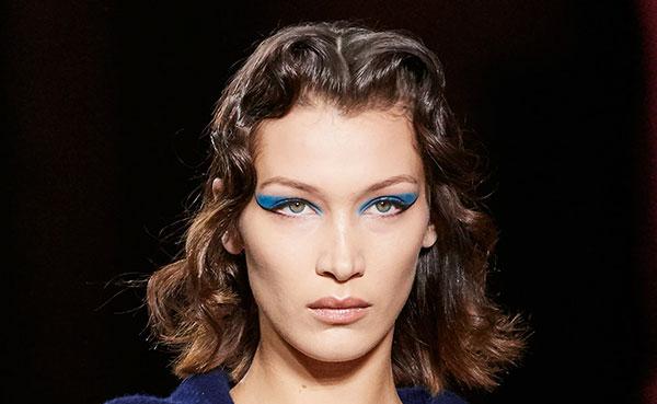 Μπλε σκιά ματιών σε απόχρωση classic blue