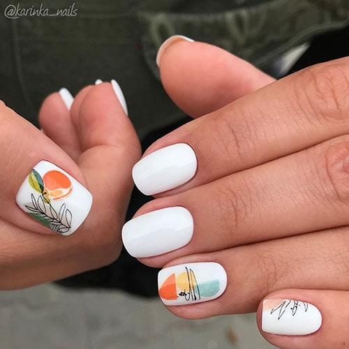 Λευκά νύχια με καλοκαιρινά αφηρημένα σχέδια φρούτων