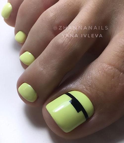 Μπανανί νύχια ποδιών με μαύρη γραμμή