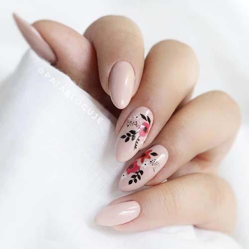 Nude νύχια με φλοράλ σχέδια