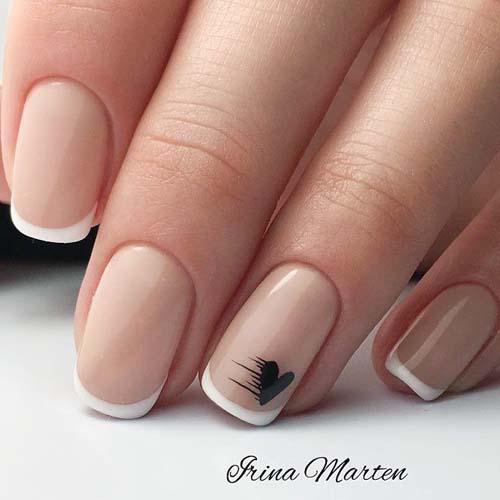 Κλασσικό γαλλικό στα νύχια με διακριτικό σχέδιο καρδιάς