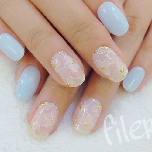 Baby blue nails με φλοράλ διακριτικά σχέδια