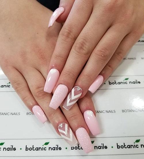 Ροζ απαλά νύχια με negative space σχέδιο