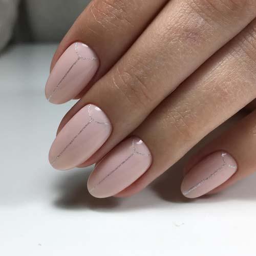 Απαλά ροζ νύχια με χρυσές γραμμές