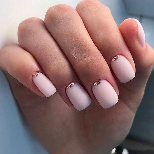Ματ ροζ γαλακτερά νύχια με ανάποδο γαλλικό σχέδιο από glitter