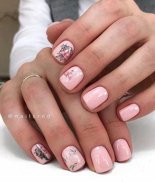 Γραμμικά φλοράλ σχέδια σε απαλά ροζ νύχια