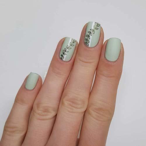 Απαλά φυστικί νύχια με minimal σχέδια