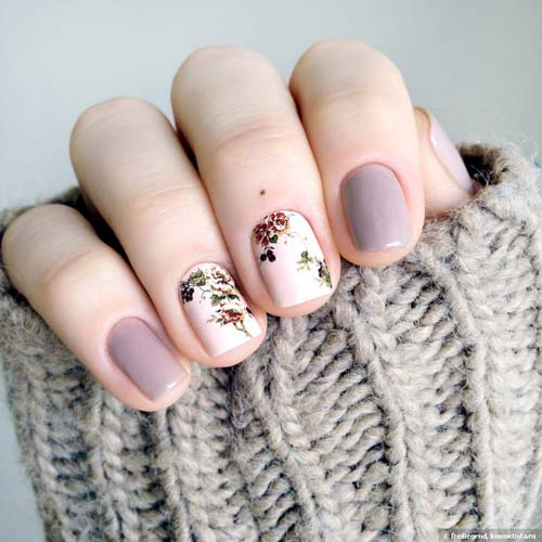Nude - λευκά φλοράλ σχέδια στα νύχια