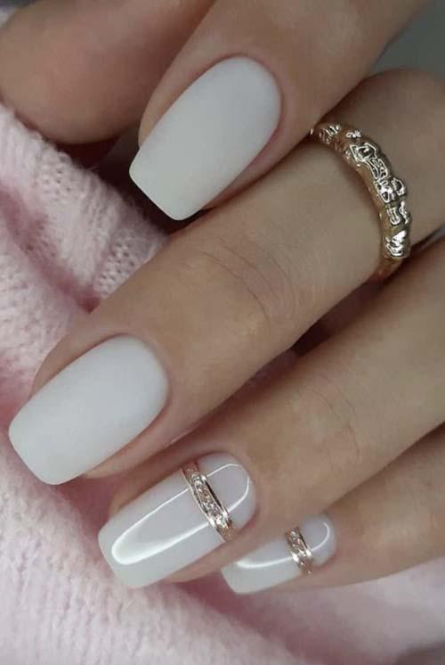 Λευκά γαλακτερά νύχια με χρυσές γραμμές