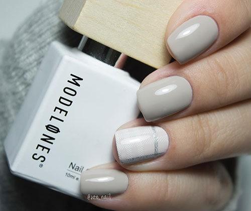 Νύχια σε απαλό γκρι χρώμα με καρό σχέδιο