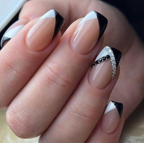 Ασπρόμαυρο γαλλικό στα νύχια διακοσμημένο με στρας