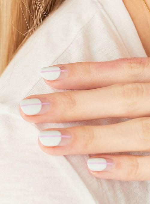 Λευκό μανικιούρ που έχει κατέβει με ροζ κάθετη γραμμή