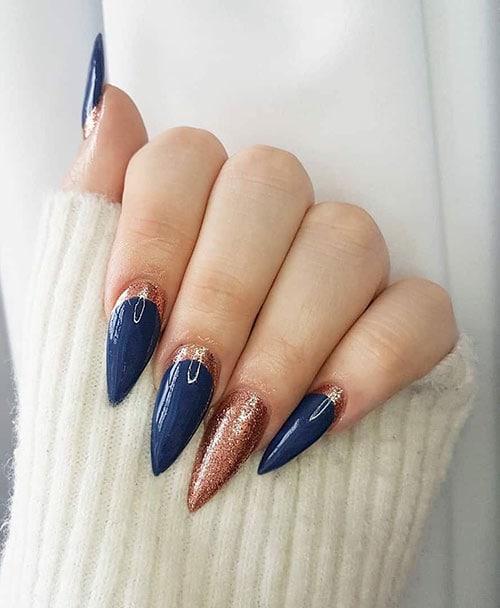 Μπλε νύχια στιλέτο με glitter στη ρίζα