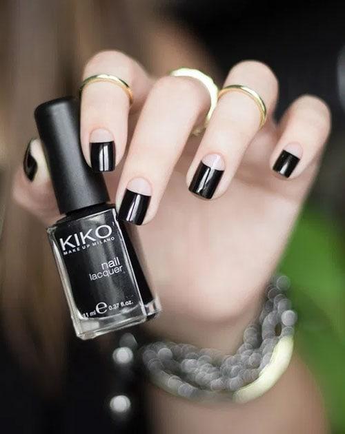 Μάυρα νύχια με ελαφρώς καμπυλωτό ανάποδο γαλλικό σε nude χρώμα