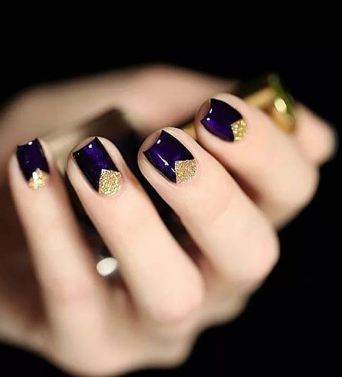 Μωβ νύχια με χρυσό τριγωνικό half moon