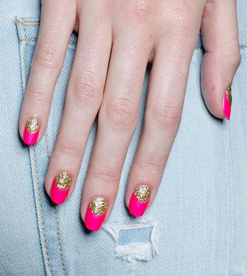 Έντονο φούξια χρώμα στα νύχια με χρυσό half moon