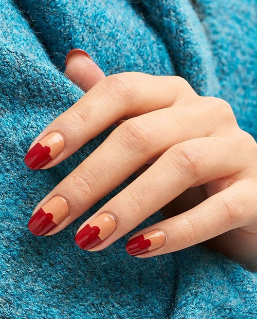 Κόκκινο nude δίχρωμο μανικιούρ που έχει κατέβει με τελεία