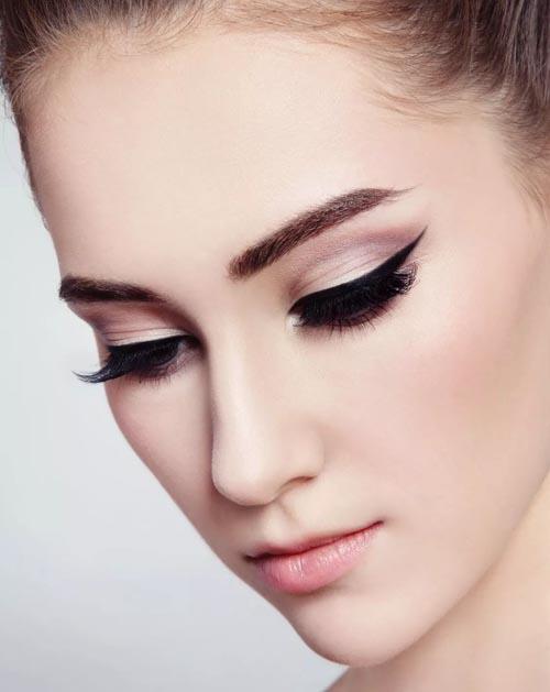 Κλασικό winged μακιγιάζ με λεπτή γραμμή eyeliner