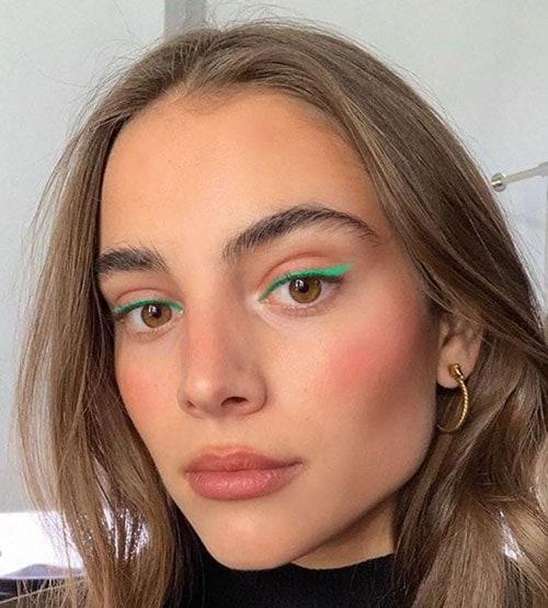 Εντυπωσιακό winged μακιγιάζ με πράσινο eyeliner