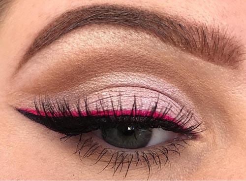 Winged eyeliner με μαύρη και φούξια γραμμή