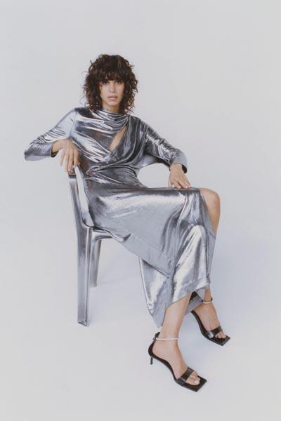 Ασημί μακρύ φόρεμα με άνοιγμα στο μπούστο και σκίσιμο στο πλάι - ZARA