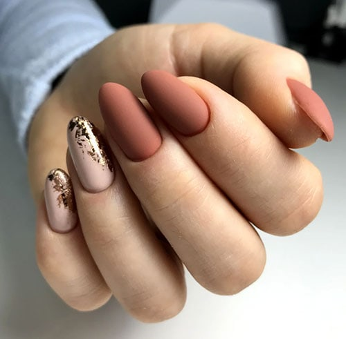 Nude και ανοιχτά καφέ νύχια με messy χρυσές λεπτομέρειες