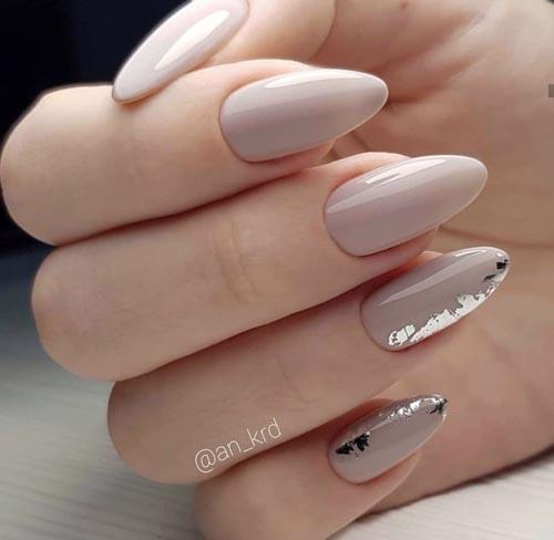 Nude νύχια με φύλλα χρυσού