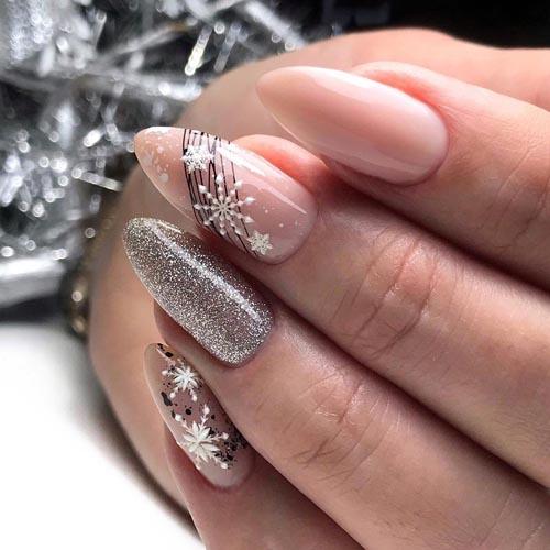 Nude χειμωνιάτικα σχέδια νυχιών με ασημί glitter