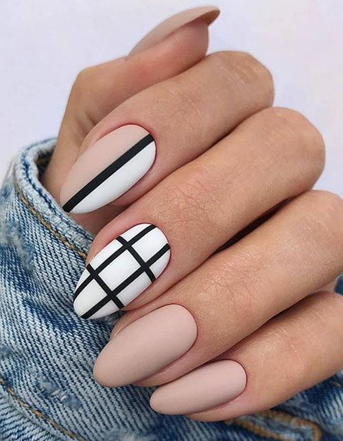 Ματ νουντ νύχια με ασπρόμαυρα σχέδια γραμμών