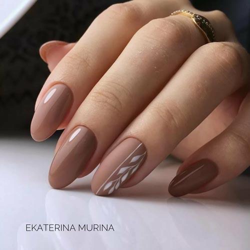 Σκούρα μπεζ νύχια με μίνιμαλ nail art