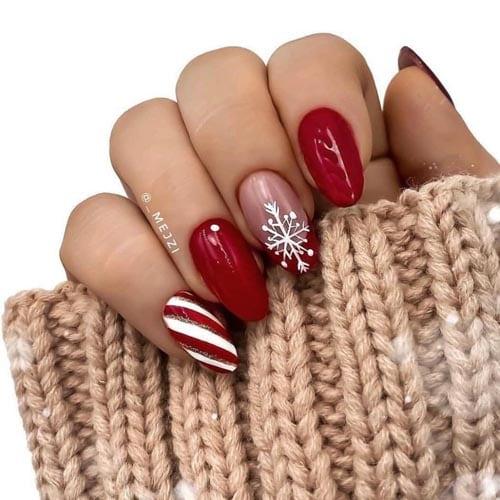 Χειμερινό κόκκινο μανικιούρ με χιονονιφάδα