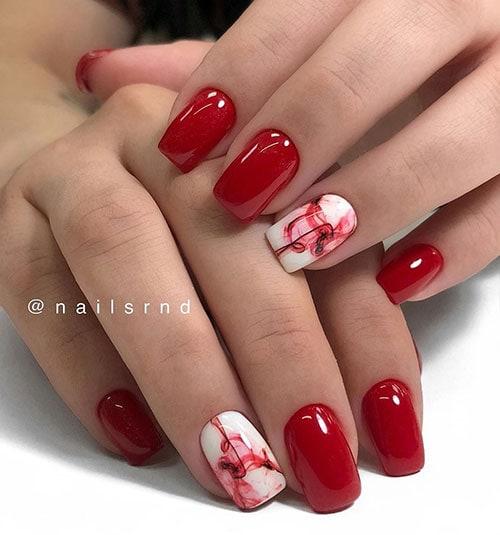Κόκκινα νύχια με αφηρημένο nail art