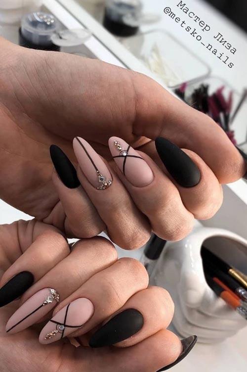 Μαύρα - nude νύχια με γραμμές και στρας
