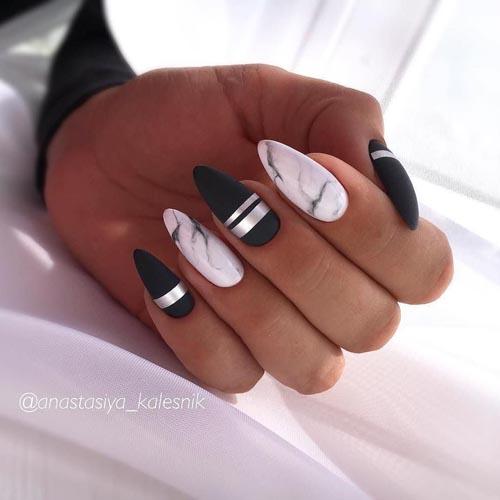 Ασπρόμαυρα νύχια με εφέ μαρμάρου και ασημί γραμμές
