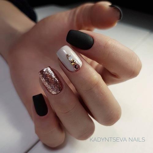 Μαύρα νύχια με άσπρο και ροζ χρυσό γκλίτερ