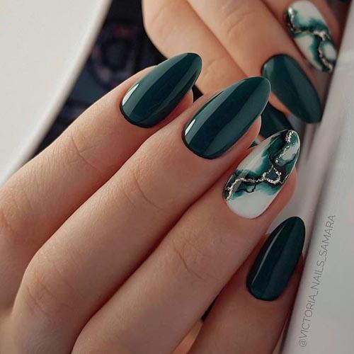 Πράσινα σκούρα νύχια με εφέ μαρμάρου