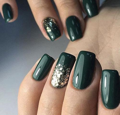 Σκούρο πράσινο μανικιούρ με χρυσό γκλίτερ