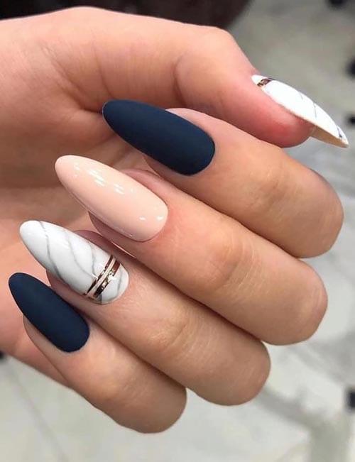 Σκούρα μπλε νύχια με απαλό ροζ και εφέ μαρμάρου σε άσπρη βάση