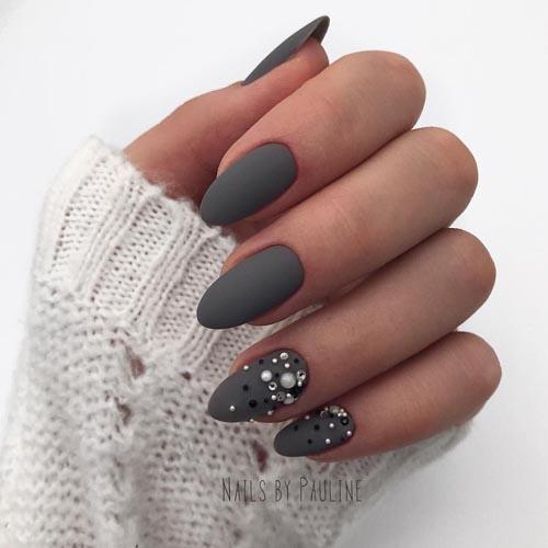 Σκούρα γκρι νύχια με πέρλες και στρας