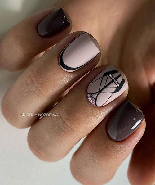 Καφέ - nude νύχια με γραμμικά σχέδια