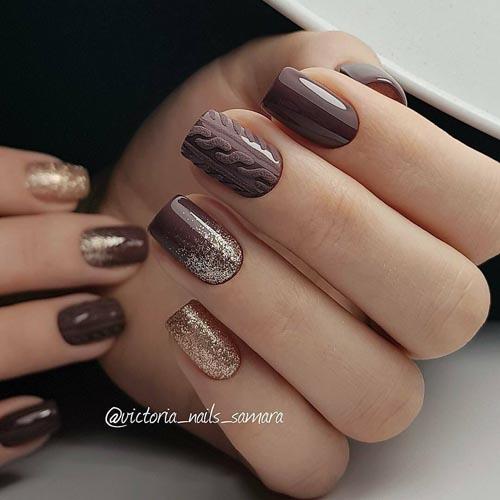 Σκούρα καφέ νύχια με ανάγλυφο πλεκτό σχέδιο και χρυσό glitter