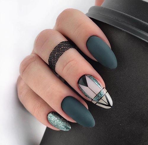 Ματ πράσινα σκούρα νύχια με γραμμικά σχέδια