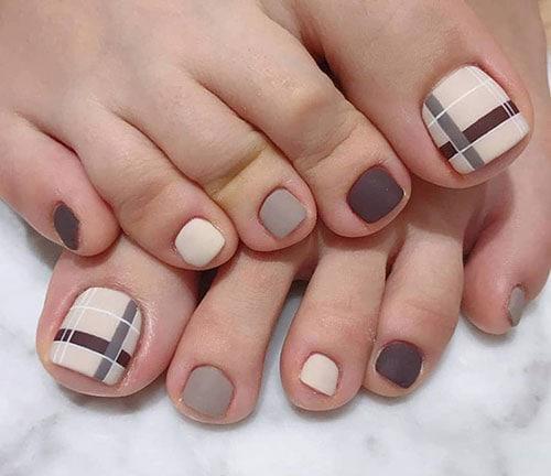 Καρό nude σχέδια στα νύχια ποδιών