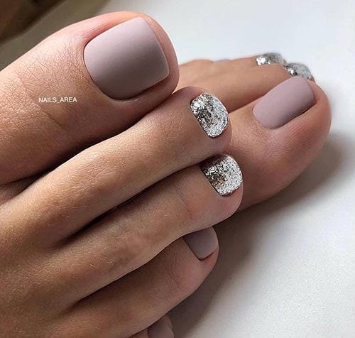 Nude χρώμα στα νύχια ποδιών με ασημί γκλίτερ