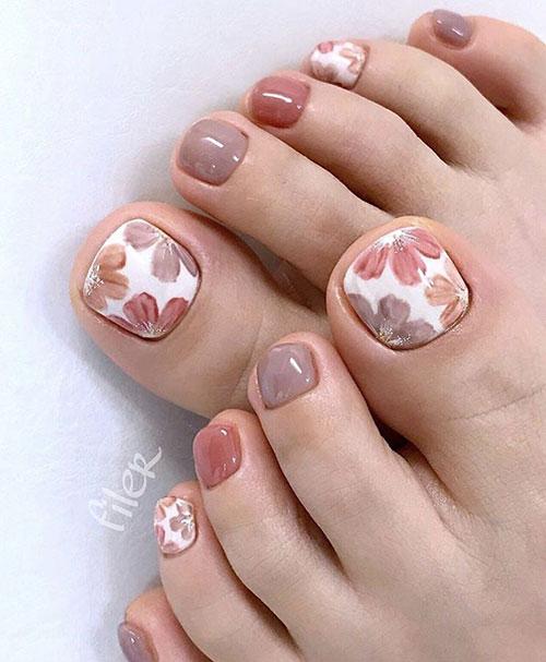 Floral nail art στα νύχια ποδιών σε nude χρώματα