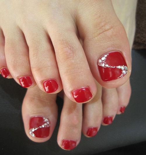 Κόκκινο πεντικιούρ με διάφανα στρας στο μεγάλο δάχτυλο