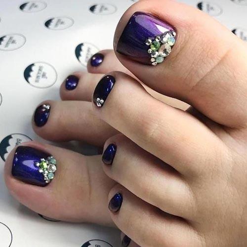 Ιριδίζον μπλε μωβ χρώμα στα νύχια ποδιών με στρας