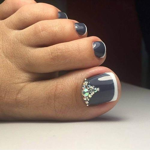 Γαλλικό σχέδιο στα νύχια των ποδιών με γκρι βάση και άσπρη γραμμή