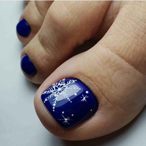 Μπλε νύχια ποδιών με χειμωνιάτικα σχέδια