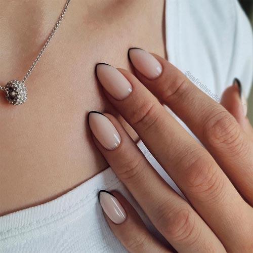 Γαλλικό σε nude νύχια με μαύρη λεπτή γραμμή